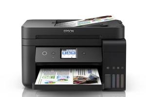 multifuncional marca epson color negro vista desde el frente con páginas en las bandejas