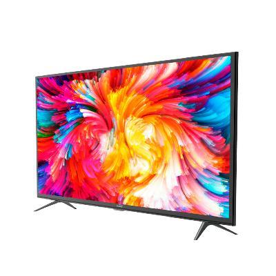 smart tv marca Kalley visto desde el frente con una imagen de colores abstractos en la pantalla y marco color negro