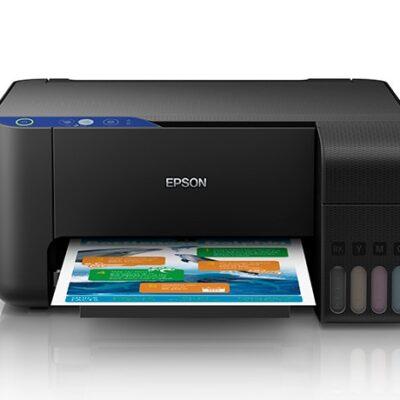 Impresora multifuncional marca epson color negro visto desde el frente con una hoja en la bandeja con imagenes