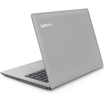 portatil marca lenovo color plata visto desde atras en diagonal con el logo resaltado en la esquina superior izquierda
